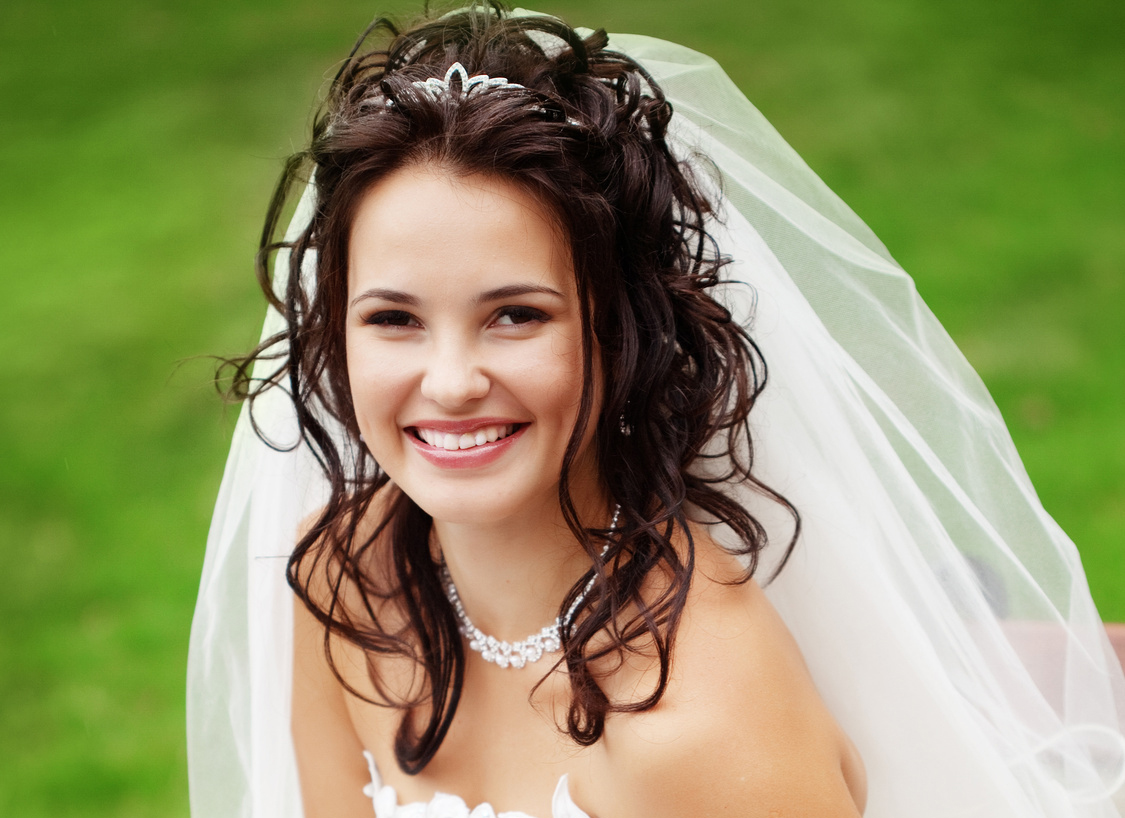 Свадебные прически с фатой и диадемой на распущенные волосы